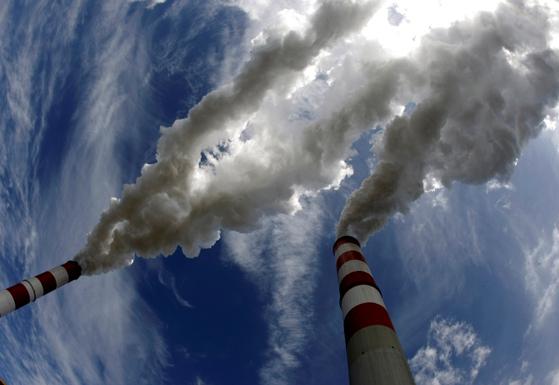 유럽에서 온실가스를 배출하는 기관이 부담하는 탄소배출권 가격이 최고치를 기록하고 있다. [로이터=연합뉴스]