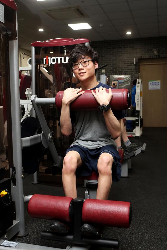 뇌병변 극복 수영선수 윤성혁 씨가 18일 고양시 재활스포츠센터에서 중앙일보와 인터뷰하고 있다. 최정동 기자
