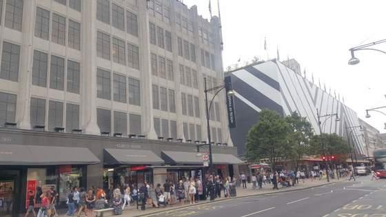 런던 옥스퍼드 스트리트에 위치한 백화점 하우스 오브 프레이저(왼쪽)가 경영난으로 폐점을 앞두고 있다. 리모델링에 나선 바로 옆 존 루이스 백화점도 올 상반기 이익이 제로에 가깝다. [김성탁 특파원]