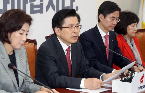 지난 15일 자유한국당 최고위원회의에서 황교안 대표가 발언하고 있다. [뉴시스]