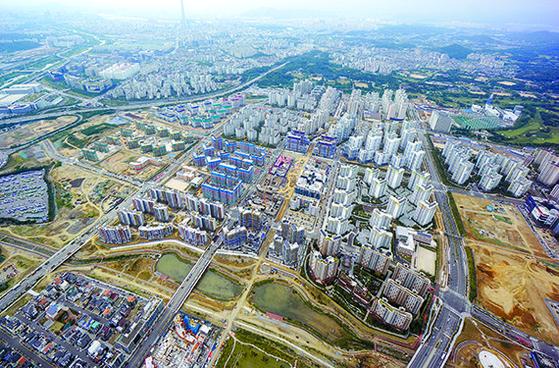 개발이 끝나가는 위례신도시. 서울 송파구 등에 막바지 중대형 물량이 잇따라 분양한다.