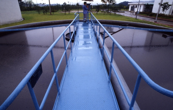 물과 전기를 이용해 기존 물 속 오염물 처리 효율을 배 이상 올릴 수 있는 수처리 기술이 개발됐다. 사진은 대전하수처리장 내부 모습. [중앙포토]