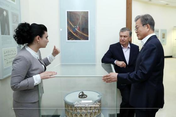 문재인 대통령과 샤프카트 미르지요예프 우즈베키스탄 대통령이 20일 오후(현지시간) 울루그벡 천문대 박물관에서 설명을 듣고 있다. [청와대 페이스북]