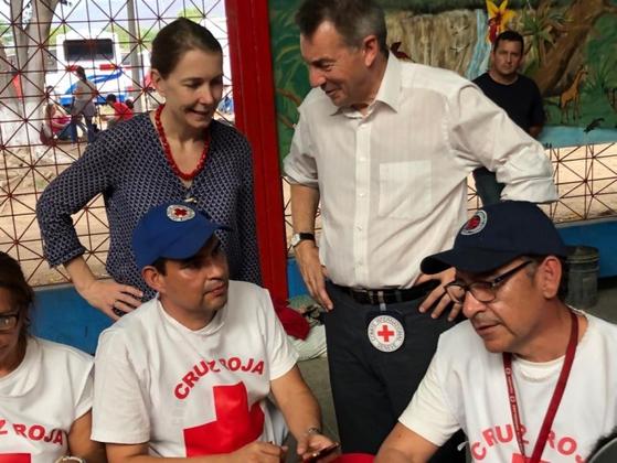 피터 마우러 ICRC 회장이 베네수엘라 인도주의적 위기 현장을 찾아 베네수엘라 적십자사 직원들과 대화를 나누고 있다. [사진 ICRC]