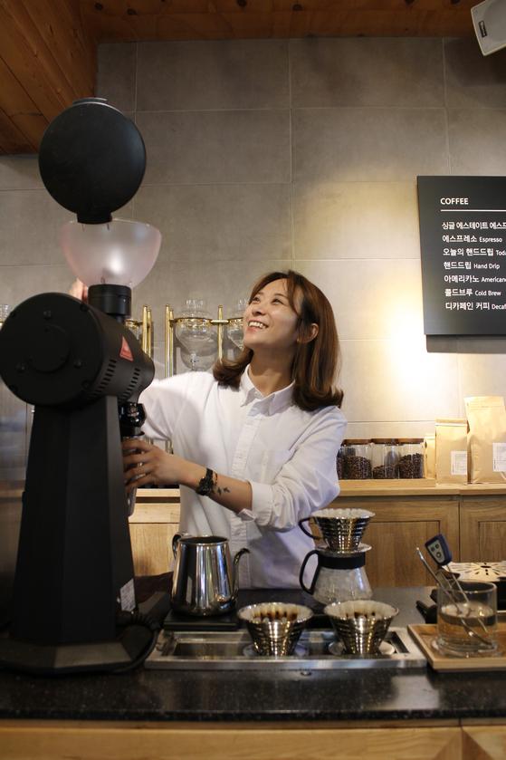 바리스타 전주연이 부산 스페셜티 커피 카페 '모모스'에서 커피를 내리고 있다. [사진 모모스]