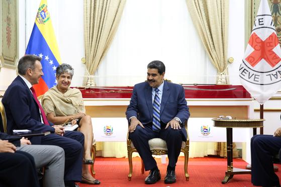 니콜라스 마두로 베네수엘라 대통령(오른쪽)이 지난 9일 국제적십자위원회(ICRC)의 피터 마우러 회장(왼쪽)을 만나 협력을 논의하고 있다. [로이터=연합뉴스]