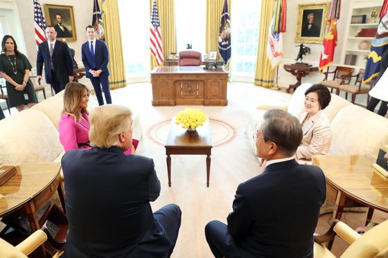 문재인 대통령이 11일 오후(현지시각) 미국 워싱턴 백악관 오벌오피스에서 도널드 트럼프 미국 대통령과 환담하고 있다. [청와대사진기자단]