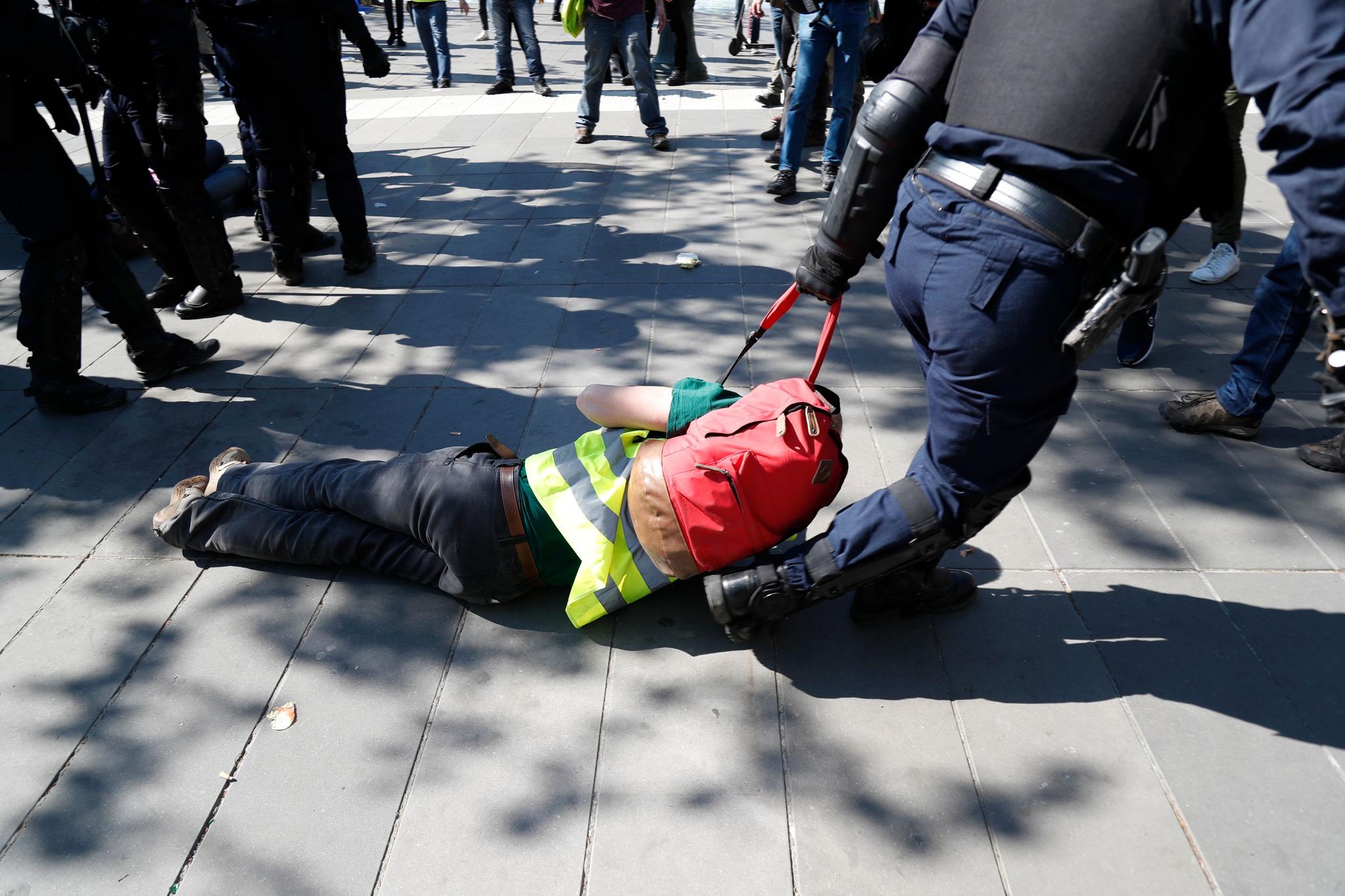 진압 경찰이 시위자를 연행하고 있다. [AFP=연합뉴스]