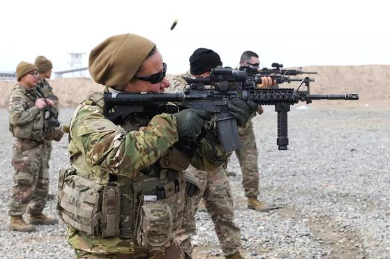 미 육군 장병이 아프가니스탄군과 함께 사격 훈련을 하고 있다. 비니를 쓴 미군이 든 소총이 M4. [사진 미 육군]