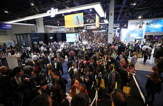 세계 최대 가전·IT 박람회 'CES(Consumer Electronics Show) 2019'가 관람객들로 인산인해를 이루고 있다. 전시회는 다양한 이해관계자의 피드백을 받아볼 수 있는 좋은 자리다. [연합뉴스]