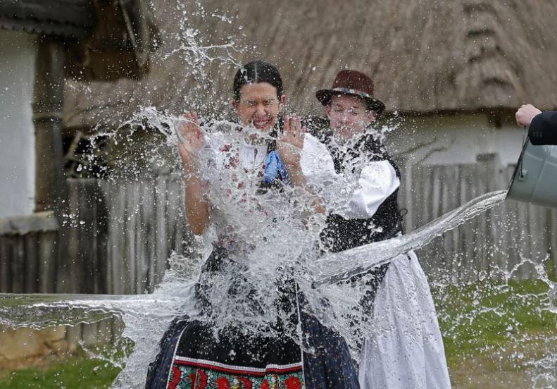 헝가리에 호로쾨에서 부활절 월요일 아침 여자들이 물벼락을 맞고 있다. [로이터=연합뉴스]