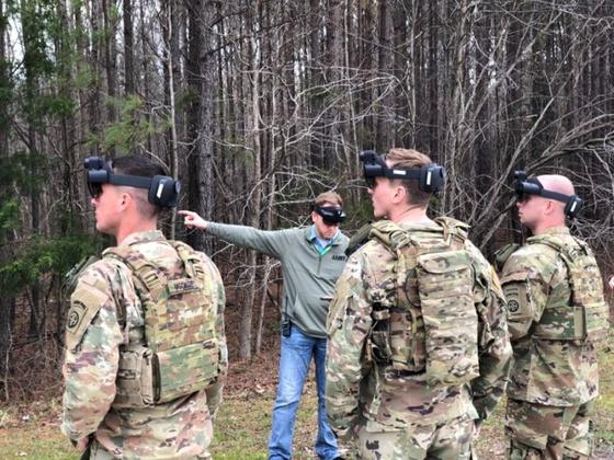 미 육군 장병이 마이크로소프트의 엔지니어와 함께 홀로렌즈를 끼고 IVAS를 테스트하고 있다. [사진 미 육군]