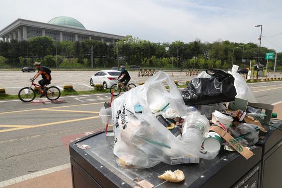 서울 여의도 한강시민공원에 쓰레기들이 어지럽게 흩어져 있다. [중앙포토]