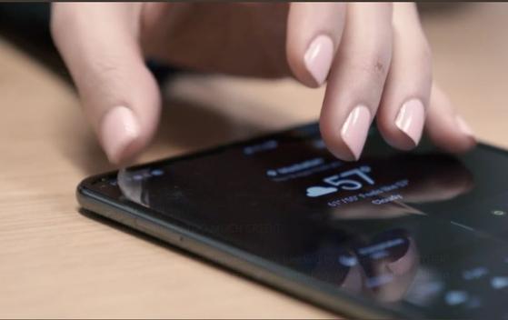 WSJ 소속 조안나 스턴이 갤럭시 폴드의 화면 보호막을 제거하는 모습. [사진 스턴 트위터, WSJ]