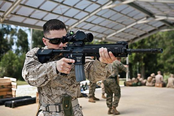미 해병대원이 M27을 들고 조준시범을 보이고 있다. [사진 미 해병대]