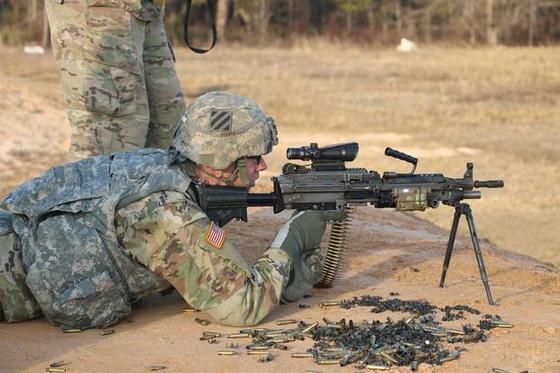 미 육군의 분대 지원화 기관총인 M249. M4. M16 소총과 같은 5.56㎜ 구경의 탄약을 쏜다. [사진 미 육군]
