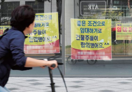 주요 도시 중 공실률이 가장 높은 세종시의 한 상가에 세입자를 구하는 광고가 붙어있다. / 사진:연합뉴스