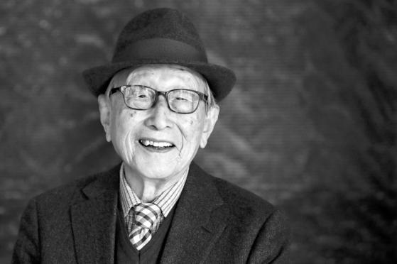 """100세에도 왕성하게 강연과 저술 활동을 하고 있는 김형석 연세대 명예교수. 그는 '60세쯤 되면 철이 들고 내가 나를 믿게 된다. 인생에서 가장 행복한 시기는 이때부터""""라고 했다. 또한 '베푸는 삶이 행복하고 가치 있는 것""""이라고 덧붙였다. 조문규 기자"""