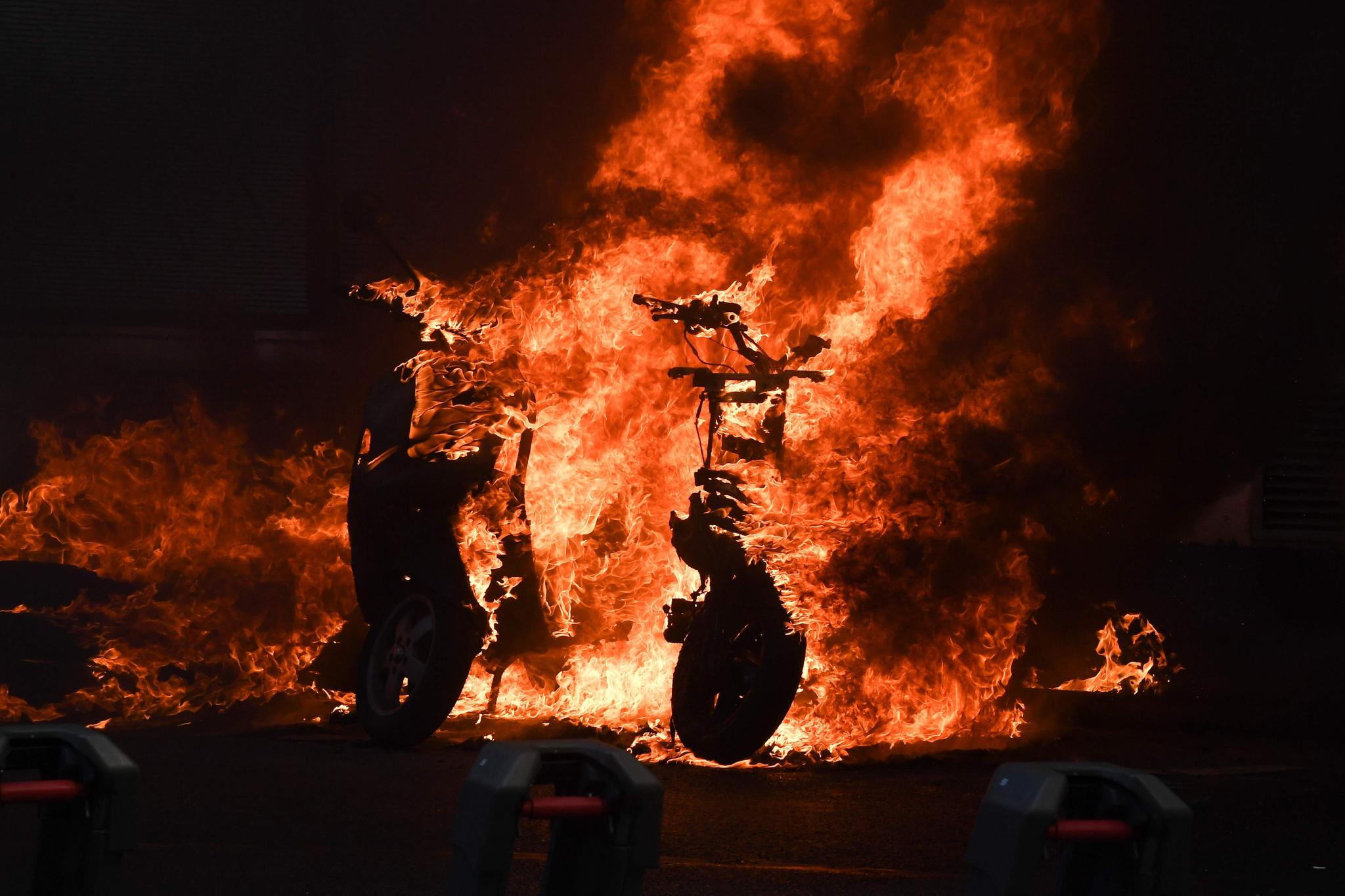 지난 20일(현지시간) 프랑스 파리에서 23번째 '노란 조끼' 시위가 발생해 스쿠터가 불타고 있다.[AFP=연합뉴스]