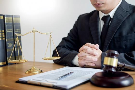 고소득과 높은 사회적 지위로 선망의 직업이던 변호사는 로스쿨 제도 도입 후 과잉 공급 탓에 위상이 크게 낮아졌다. / 사진:ⓒ gettyimagesbank