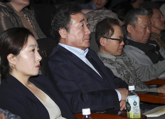 이낙연 국무총리가 19일 서울 강남의 한 극장을 찾아 영화 '생일'을 관람하고 있다.[연합뉴스]