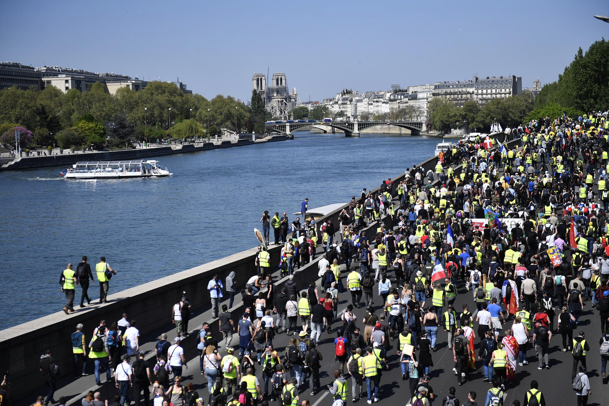 23번째 '노란 조끼' 시위 참가자들이 20일(현지시간) 파리 시내를 행진하고 있다. [EPA=연합뉴스]