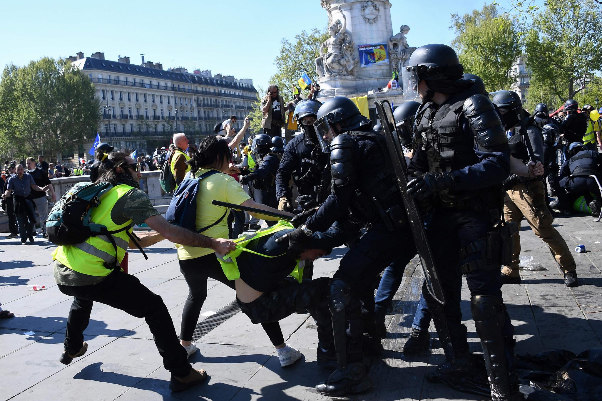 경찰과 시위대가 몸싸움을 하고 있다.  [AFP=연합뉴스]