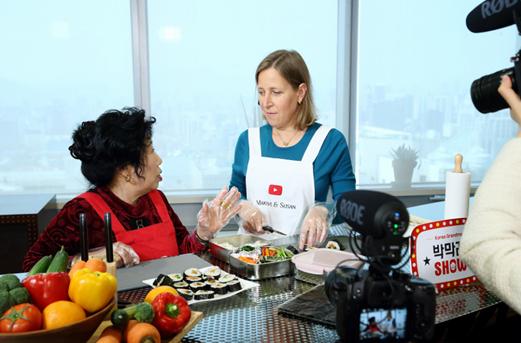 박막례 할머니의 유튜브 채널인 '박막래 쇼'에 게스트로 초대된 유튜브 수잔 보이치키 CEO(사진 오른쪽). [사진 유튜브]