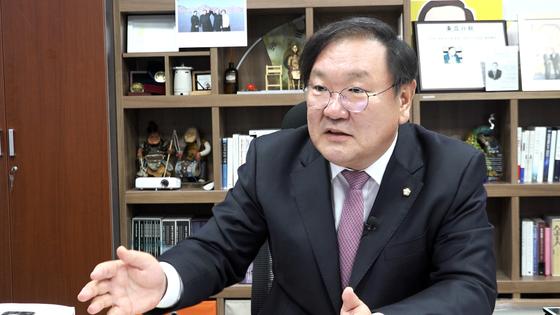 김태년 더불어민주당 의원이 18일 국회 의원회관 사무실에서 중앙일보와 밀착마크 인터뷰를 하고 있다. 강대석 기자