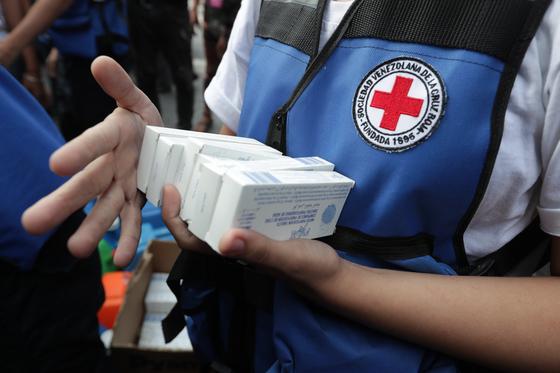 베네수엘라 적십자사 직원들이 16일 국제인도주의 기관에서 공급 받은 식수 정화용 소독약품을 들고 있다. 베네수엘라는 식량난은 물론 정전에 따른 식수난까지 겪고 있다. [EPA=연한뉴스]
