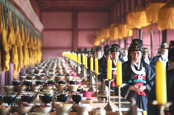 2018년 종묘대제. 정전에는 역대 조선 왕 19명과 왕비 30명 등 총 49명의 신위가 있다.[사진 문화재청]