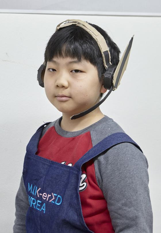 헤드셋을 만든 뒤 귀 모양 장식을 덧붙여 완성한 정민서 영메이커.