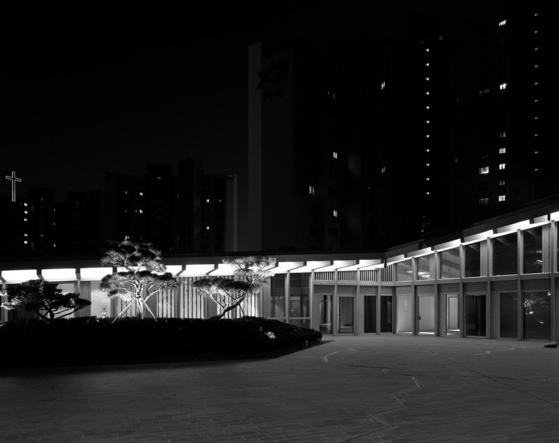 서울 송월동에 새로 지어진 주한 스위스대사관. 스위스 건축사무소 버크하르트 파트너가 한옥의 정취를 살려 설계했다. [사진 헬렌 비네]
