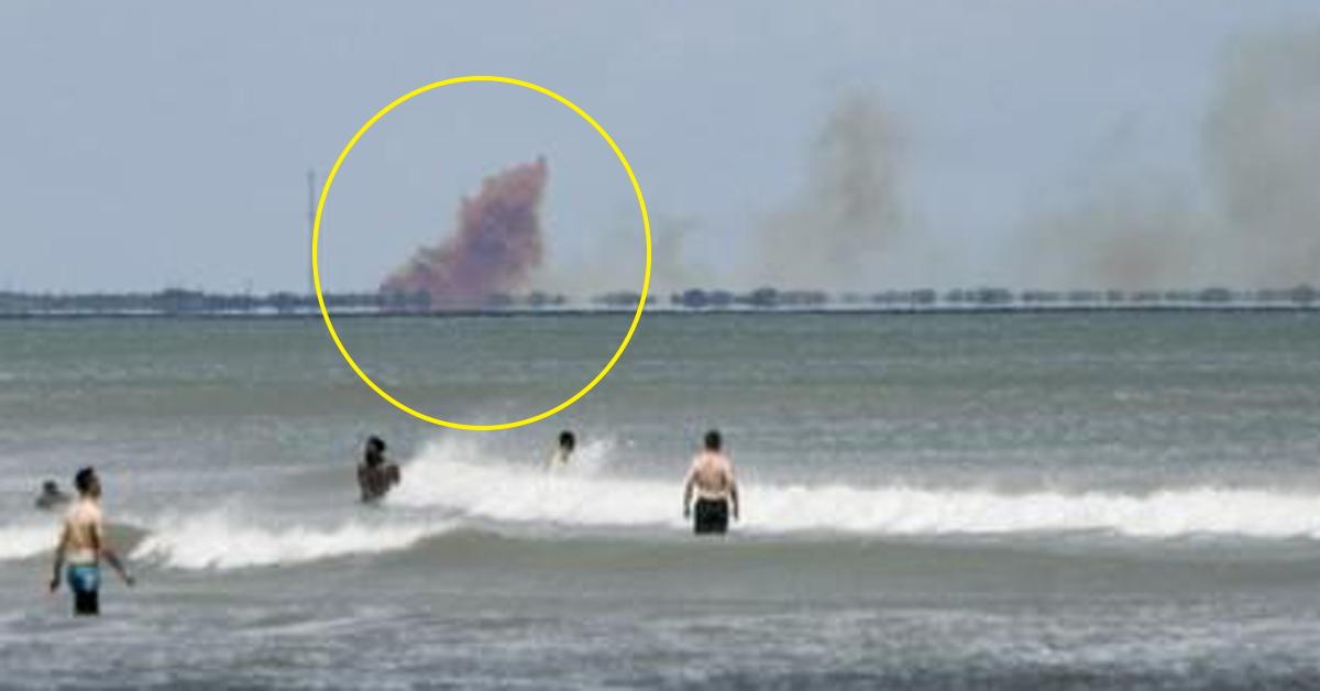 코코아해변에서 포착된 시험장 주변의 오렌지색 연기. [AP=연합뉴스]