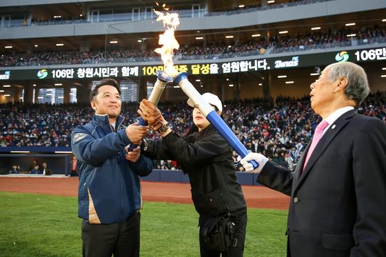 지난달 18일 경남 '창원NC파크'에서 열린 신구장 개장식에 참석한 김택진(사진 맨왼쪽) 엔씨소프트 대표. 그는 자신이 입은 'NC다이노스' 점퍼를 직원 1500여 명에게 선물했다. [사진 엔씨소프트]