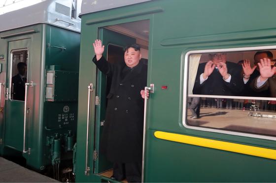 김정은 북한 국무위원장이 지난 2월 23일 2차 북미 정상회담을 위해 평양역을 출발하고 있다. [연합뉴스]
