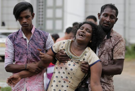 21일(현지시간) 스리랑카 수도 콜롬보 등에서 동시다발적으로 벌어진 폭발 공격으로 가족을 잃은 여성이 사고 현장 인근에서 오열하고 있다. 당국은 22일까지 집계된 사망자가 290명이라고 밝혔다. [AP=연합뉴스]