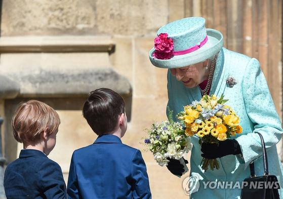 93번째 생일인 21일(현지시간) 화동들로부터 꽃다발 받은 영국의 엘리자베스 2세 여왕. [AFP=연합뉴스]