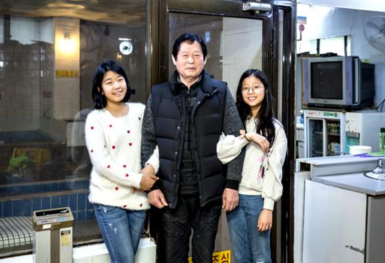 (왼쪽부터)노효은 학생기자, 채종철 기관장, 정아인 학생기자.