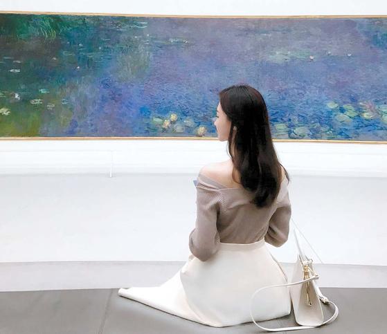 프랑스 파리 오랑주리 미술관에서 사진 촬영하는 심지선(@shimgsun)씨.