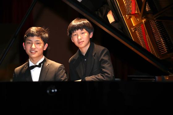 18일 서울사이버대 차이콥스키홀에서 열린 '제1회 영 차이콥스키 국제 온라인 피아노 콩쿠르' 결선에서 1,2위를 차지한 아키도 타니(왼쪽)와 김세현군이 무대에서 포즈를 취하고 있다. 오종택 기자