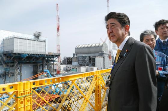 지난 14일 5년여 만에 후쿠시마 원전을 방문한 아베 신조 일본 총리. 아베 총리는 이날 양복 차림으로 후쿠시마산 쌀로 지은 주먹밥을 먹었다. [EPA=연합뉴스]