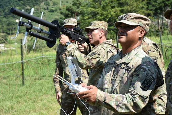 2018년 8월 드론 디펜더 재밍장비를 시험중인 주한미군 [사진 미 육군]