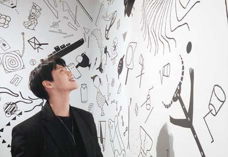 서울 한남동 디뮤지엄에서 미술 작품을 관람하는 모델 고민성(@koms_koms)씨.