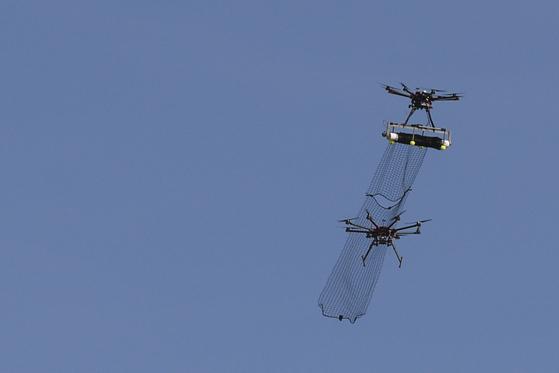 2016년 미 공군 연구소 AFRL 주관 안티 드론 대회에 참가한 드론 포획용 네트 탑재 드론 [사진 미 국방부]