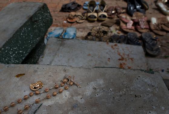 스리랑카 콜롬보 연쇄 폭발 테러 현장에 놓인 희생자들의 신발과 소지품들. [AP=연합뉴스]