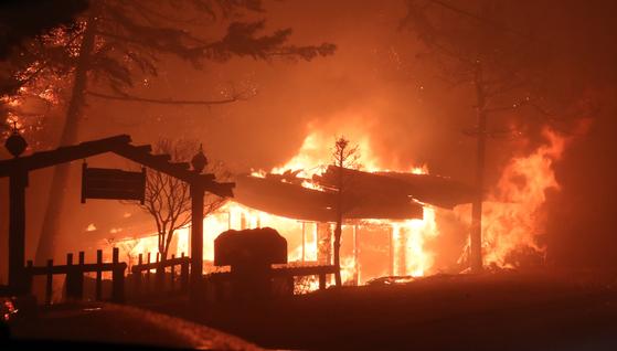 지난 4일 오후 7시17분쯤 강원 고성군 토성면 원암리 한 주유소 맞은편 도로변에서 시작된 것으로 추정되는 불이 나 한 식당이 불타고 있다[연합뉴스]