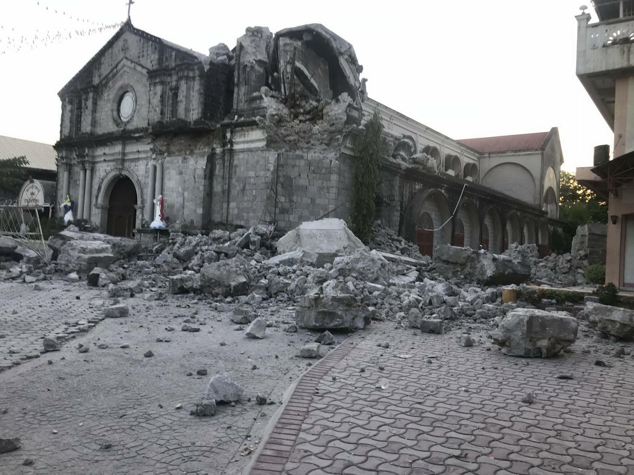 필리핀 북부 팜팡가주 포락시의 성 카트린 성당이 22일 지진으로 파괴됐다. 이날 강진이 필리핀을 덮쳐 붕괴된 건물에 사람이 깔리고 공항 터미널이 피해를 입었으며 정전을 발생시켰다. [AP=연합뉴스]