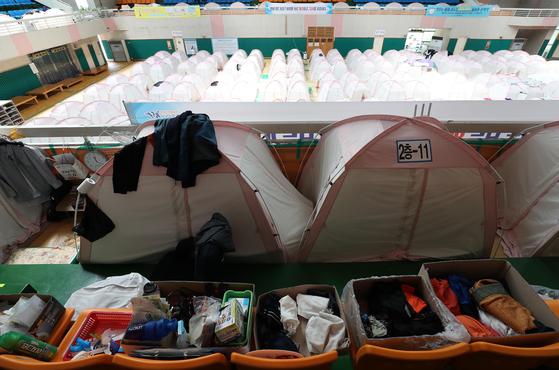 지난 22일 경북 포항 흥해실내체육관의 지진대피소. 아직도 40여명의 이재민이 이곳에서 생활하고 있다. [연합뉴스]