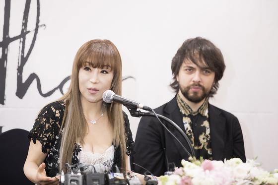 23일 새 앨범 '마더' 발매 기념 기자간담회에 참석한 소프라노 조수미(왼쪽). 오른쪽 성악가는 '마더'의 수록곡 중 듀엣곡 '이터널 러브(Eternal Love)'를 조수미와 함께 부른 테너 페데리코 파치오티다. [사진 PRM]